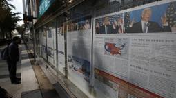 Surat kabar yang memberitakan tentang pemilihan presiden (Pilpres) AS terpampang di sebuah jalan di Seoul, Korea Selatan pada Kamis (5/11/2020).  (AP Photo/ Lee Jin-man)