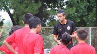 Otavio Dutra mengisi waktu luang dengan mengasah ilmu kepelatihannya di akademi Persija Jakarta. (dok. Persija Jakarta)