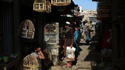Warga berbelanja di sebuah pasar tradisional di Kabul, Afghanistan, Rabu (9/10/2019). Produk Domestik Bruto Afghanistan tercatat sebesar USD 34 miliar. (AP Photo/Tamana Sarwary)