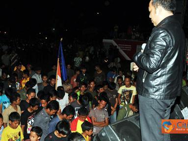 Citizen6, Lampung: Ketua DPRD Tulang Bawang Barat Umar Ahmad mengajak seluruh masyarakat mengheningkan cipta pada malam penutupan fistival band Tulang Bawang Barat 2011, Minggu (11/06). (Pengirim: Jerry Hasan)
