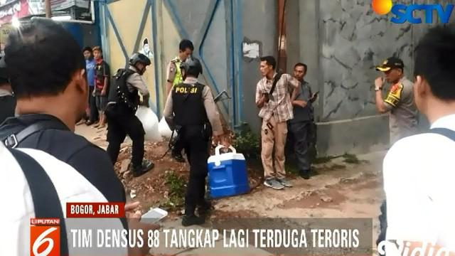 Dalam penangkapan, Tim Densus juga menyita senjata tajam dan sebuah pistol jenis FN.