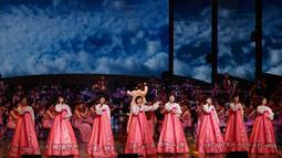 Pertunjukan Orkestra Samjiyon dari Korea Utara saat tampil di Gangneung, Korea Selatan, Kamis (8/2). Orkestra ini hadir di Korea Selatan sebagai bagian dari pembukaan Olimpiade Musim Dingin Pyeongchang 2018. (Kim Hong-Ji / Pool via AP)