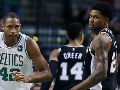 Pebasket Boston Celtics, Al Horford, melakukan selebrasi saat melawan San Antonio Spurs pada laga NBA di TD Garden, Boston, Senin (30/10/2017). Celtics menang 108-94 atas Spurs. (AP/Michael Dwyer)