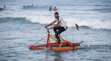 Nelayan Palestina menguji perahu kayuh yang dibuat khusus dari bahan daur ulang di sepanjang pantai di Beit Lahia, Jalur Gaza pada 29 September 2020. (Photo by MOHAMMED ABED / AFP)