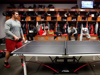 Pemain Atlanta Falcons, Andy Levitre (kiri) bermain tenis meja dengan rekan setimnya Josh Harris di ruang ganti di fasilitas latihan NFL football di Flowery Branch, Ga (26/1). Sebelum bertanding para pemain bermain tenis meja. (AP Photo/David Goldman)