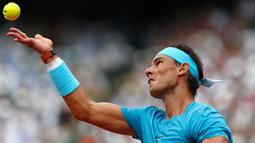 Petenis Spanyol, Rafael Nadal bersiap mengembalikan bola ke arah Dominic Thien pada partai final Prancis Terbuka di Stadion Roland Garros, Minggu (10/6). Nadal menang 6-4, 6-3, dan 6-2 atas petenis nomor tujuh dunia asal Austria itu. (AP/Thibault Camus)