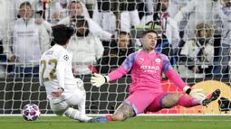 Gelandang Real Madrid,  Isco, mencetak gol ke gawang Manchester City pada laga liga Champions di Stadion Santiago Bernabeu, Rabu(26/2/2020). Manchester City menang dengan skor 2-1. (AP/Manu Fernandez)