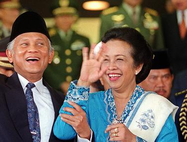 Wajah Ceria BJ Habibie Didampingi Ainun Memimpin Indonesia