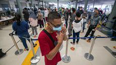 Calon penumpang kereta api antre untuk tes COVID-19 dengan GeNose C19 di Stasiun Pasar Senen, Jakarta, Jumat (5/2/2021). Hasil tes tersebut kemudian menjadi dokumen syarat perjalanan para penumpang KA. (Liputan6.com/Faizal Fanani)