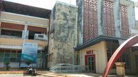 Tampak luar Stadion Andi Mattalatta Mattoangin, Makassar. Stadion ini akan menjalani rehabilitasi yang dilakukan Pemerintah Provinsi Sulawesi Selatan mulai Januari 2020. (Bola.com/Abdi Satria)