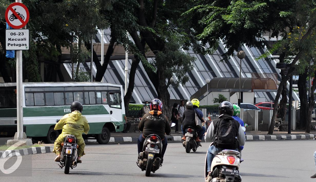 Sejumlah Sepeda motor melintasi jalan Sudirman, Sabtu, (30/4). Sebelumnya beredar kabar bahwa kebijakan Pemerintah Daerah akan mulai secara efektif melarang sepeda motor melintasi kawasan Senayan-Thamrin pada 1 Mei 2016 besok. (Liputan6.com/Johan Tallo)