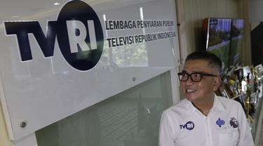 Dirut TVRI, Helmi Yahya, berpose di depan logo TVRI, Jakarta, Rabu (31/7). TVRI secara resmi akan menjadi official broadcaster partner untuk penayangan Liga Inggris musim depan.(Bola.com/M iqbal Ichsan)