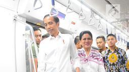 Presiden Joko Widodo didampingi Ibu Negara Iriana Widodo saat menjajal Kereta MRT di Jakarta, Kamis (21/3). Jokowi didampingi Ibu Negara Iriana mencoba kembali kereta tersebut bersama disabilitas, dan artis Chelsea Islan. (Liputan6.com/Angga Yuniar)