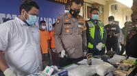 Kepala Polresta Pekanbaru Kombes Nandang dengan barang bukti narkoba jaringan Malaysia. (Liputan6.com/M Syukur)