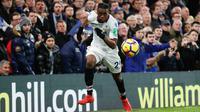 Gelandang Crystal Palace, Aaron Wan-Bissaka mengejar bola saat bertanding melawan Chelsea dalam Liga Premier Inggris di Stamford Bridge, London, Inggris, 10 Maret 2018. (ADRIAN DENNIS/AFP)