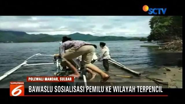 Bawaslu arungi Pulau Salama, Polewali Mandar, Sulawesi Barat, untuk sosialisasikan Pemilu 2019.