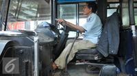 Pengemudi membawa bus PPD 43 jurusan tanjung priok cililitan di Jakarta, senin, (15/2). Trayek bus besar yang dihapus adalah Mayasari Bakti Patas AC 03 (Tanjung Priok-Kalideres), Jasa Utama 973 (Rawamangun-Grogol). (Liputan6.com/Gempur M Surya)