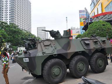 TNI menempatkan satu unit panser anoa di pusat perbelanjaan kawasan Glodok, Jakarta Barat, Jumat (4/11). Pengamanan ketat tersebut dilakukan guna mengantisipasi peristiwa yang tidak diinginkan terkait demonstrasi Ormas Islam. (Liputan6.com/Angga Yuniar)