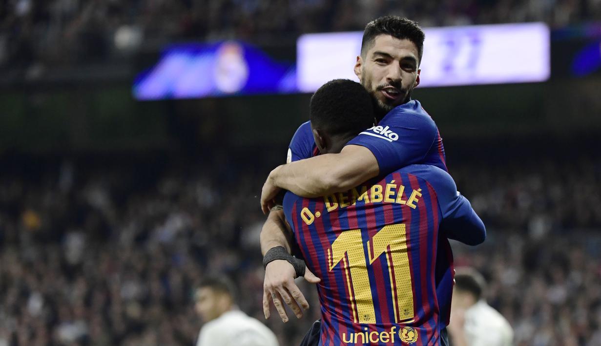 Selebrasi Suarez bersama Ousmane Dembele pada laga semfinal Copa Del Rey yang berlangsung di stadion Santiago Bernabeu, Madrid, Kamis (28/2). Barcelona menang 3-0 atas Real Madrid. (AFP/Oscar Del Pozo)