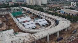 Sejumlah truk terlihat di areal proyek pembangunan Depo Light Rail Transit (LRT) di kawasan Kelapa Gading, Jakarta Utara, Kamis (25/1). Rencananya LRT akan mulai diuji coba pada Mei mendatang. (Liputan6.com/Arya Manggala)