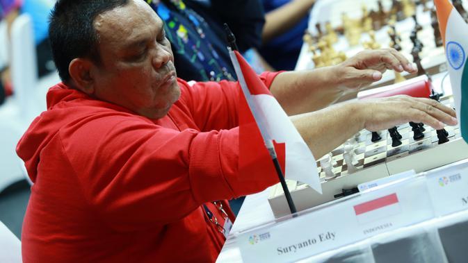 Atlit catur Indonesia Edy Suryanto meraba mengangkat bidak catur saat bertanding di babak penyisihan catur cepat  ke dua di  ajang Asian Para Games 2018, di GOR Jakarta Pusat, Kamis (11/10/2018). INAPGOC/Setiyo Sc