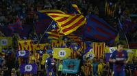 Para suporter Barcelona mengibarkan bendera Katalunya saat melawan Malaga pada laga La Liga di Stadion Camp Nou, Barcelona, Sabtu (21/10/2017). Barcelona menang 2-0 atas Malaga. (AP/Manu Fernandez)
