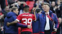 Manajer Manchester United, Louis van Gaal (kanan), usai partai kontra Everton, akhir pekan lalu. Van Gaal menghadapi tugas berat saat bersua Leicester City, malam ini, di Stadion Old Trafford.  (Reuters/Eddie Keogh)