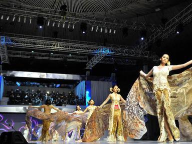 Bertepatan dengan 25 tahun berkarya, Anne Avantie menggelar fashion show bertajuk 'Merenda Kasih', Jakarta, (3/9/14). (Liputan6.com/Panji Diksana)
