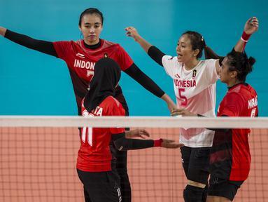 Pemain Voli Indonesia melakukan selebrasi saat melawan Thailand pada laga Asian Games 2018 di Volley Indoor, GBK, Jakarta, Senin (27/8/2018). Indonesia kalah 1-3 dari Thailand. (Bola.com/Vitalis Yogi Trisna)