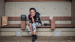 Wanita 30 tahun ini memang bisa bergaya tomboi dan bisa juga jadi feminin. Saat berkunjung di Tokyo, ia tampil casual dengan baju hitam dan celana jeans. Anting merah jambunya, menunjukkan sisi feminin dari Ayushita. (Liputan6.com/IG/@ayushita)