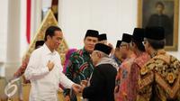 Presiden Joko Widodo menerima Ketua Umum MUI KH. Ma'ruf Amin dan sejumlah undangan lainnya sebelum melakukan pertemuan di Istana Merdeka, Jakarta, Selasa (1/11). (Liputan6.com/Faizal Fanani)