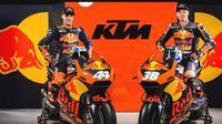 Dua pebalap Red Bull KTM untuk MotoGP 2017, Pol Espargaro (kiri) dan Bradley Smith. (Bola.com/Twitter/RBContentPool)