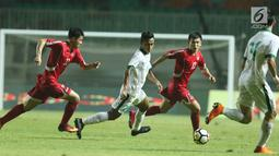 Pemain sayap Indonesia U-23, Osvaldo Haay (kedua kiri) mencoba menembus kawalan pemain Korea Utara pada laga PSSI Anniversary Cup 2018 di Stadion Pakansari, Kab Bogor, Senin (30/4). Laga berakhir imbang 0-0. (Liputan6.com/Helmi Fithriansyah)