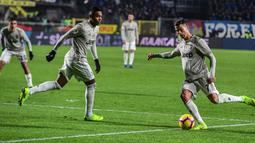 Penyerang Juventus, Cristiano Ronaldo (kanan) menendang bola saat bertanding melawan Atalanta pada perempat final Coppa Italia 2018-2019 di Stadion Atleti Azzurri d'Italia, Bergamo, Rabu (30/1). Juventus tersingkir dari Coppa Italia. (Miguel MEDINA/AFP)