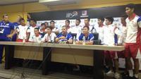 Pemain Timnas Kamboja memenuhi ruangan konferensi pers setelah kalah dari Indonesia 0-2. (Bola.com/Benediktus Gerendo Pradigdo)