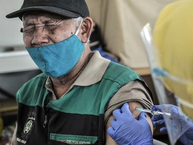 Ekspresi warga lanjut usia (lansia) saat menerima vaksinasi COVID-19 di SDN 02 Sukapura, Cilincing, Jakarta Utara, Senin (22/3/2021). Pemkot Jakarta Utara menargetkan 1.500 lansia menerima vaksinasi COVID-19 per hari. (merdeka.com/Iqbal S. Nugroho)