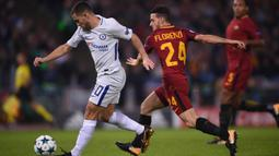Gelandang Chelsea, Eden Hazard, berusaha melewati gelandang AS Roma, Alessandro Florenzi, pada laga Liga Champions di Stadion Olimpico, Roma, Selasa (31/10/2017). Roma menang 3-0 atas Chelsea. (AFP/Filippo Monteforte)