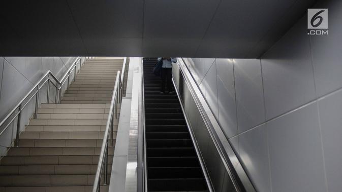 Tangga dan eskalator di Stasiun Mass Rapid Transit (MRT) Bundaran HI, Jakarta, Rabu (20/2). Kereta MRT akan mulai proses uji coba operasi secara penuh mulai 26 Februari 2019. (Liputan6.com/Faizal Fanani)