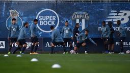 Para pemain FC Porto mengikuti sesi Latihan menjelang laga Liga Champions di tempat latihan klub di Olival, Vila Nova de Gaia, Senin (30/11/2020). FC Porto akan menjamu Manchester City dalam matchday 5 Grup C Liga Champions pada Rabu 2 Desember 2020 dinihari WIB. (MIGUEL RIOPA/AFP)