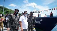 Kementerian Kelautan dan Perikanan (KKP) memberikan satu unit kapal tuna handline yang merupakan barang hasil pengawasan kepada koperasi nelayan, Jumat (08/10/2021)