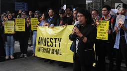 Istri aktivis HAM almarhum Munir Said Thalib, Suciwati berorasi saat memperingati 500 hari penyerangan terhadap penyidik senior KPK Novel Baswedan di depan Gedung KPK, Jakarta, Kamis (1/11). (Merdeka.com/Dwi Narwoko)