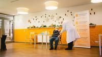 Seorang penghuni Senior Centre Riehl menerima suntikan dosis vaksin COVID-19 di Senior Centre Riehl di Cologne, Jerman (27/12/2020).  Presiden Komisi Eropa Ursula von der Leyen mengatakan, vaksin Pfizer-BioNTech telah dikirimkan ke semua 27 negara anggota. (Xinhua/Tang Ying)