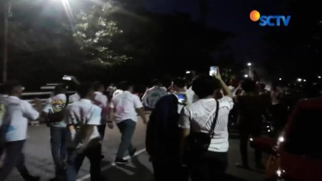 Dianggap berlebihan, polisi bubarkan pesta kelulusan siswa SMU di Gorontalo. Tak disangka, polisi juga temukan sejumlah botol miras dari para siswa tersebut.