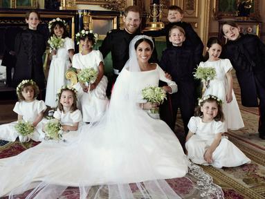 Dalam foto yang dirilis Istana Kensington pada 21 Mei 2018, menunjukkan foto pernikahan Pangeran Harry dan Meghan Markle di Windsor Castle, Inggris. Harry dan Meghan berpose bersama flower boy dan flower girl. (Alexi Lubomirski/Kensington Palace via AP)