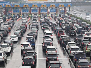 Kendaraan terjebak macet di Gerbang Tol Cibubur Utama, Jakarta, Kamis (5/5). Tingginya volume kendaraan dari Jakarta yang menuju Bogor dan sekitarnya selama masa libur membuat arus lalu lintas di kawasan tersebut macet. (Liputan6.com/Immanuel Antonius)