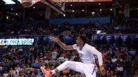 Guard Oklahoma City Thunder, Russell Westbrook, melakukan dunk saat menghadapi Los Angeles Clippers pada kuarter ketiga di Chesapeake Energy Arena, Jumat (1/4/2016) WIB. (USA TODAY Sports via REUTERS/Mark D. Smith)