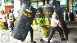 Sejumlah polisi bertameng melakukan penjagaan di pusat perbelanjaan kawasan Glodok, Jakarta Barat, Jumat (4/11). Pengamanan ketat dilakukan guna mengantisipasi peristiwa tidak diinginkan terkait demonstrasi Ormas Islam. (Liputan6.com/Angga Yuniar)