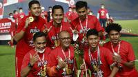 Pelatih Persija Jakarta, Sudirman, berpose bersama para pemainnya usai menjuarai Piala Menpora 2021 di Stadion Manahan, Solo, Minggu (25/4/2021). (Bola.com/M Iqbal Ichsan)