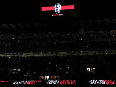 Gambar Kobe Bryant diproyeksikan di layar raksasa sebelum pertandingan AC Milan melawan Torino pada perempat final Coppa Italia di stadion San Siro (28/1/2020). AC Milan memberikan penghormatan untuk Kobe Bryant yang meninggal akibat kecelakaan helikopter di Calabasas. (AP Photo/Antonio Calanni)