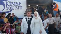 Pasangan Turki yang merayakan pesta pernikahan dengan 4 ribu pengungsi Suriah. (Daily Mail)